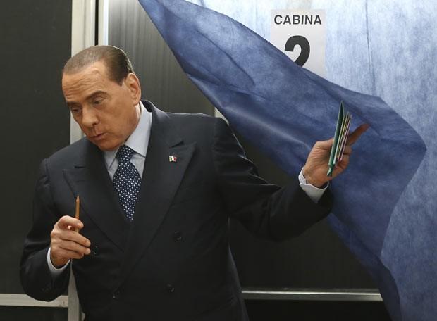 O ex-premiê italiano Silvio Berlusconi vota nas eleições parlamentares no domingo (24) em Milão (Foto: AP)