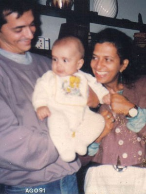 Pe Lu, do Restart, quando bebê, com o pai, César, e a Mãe, Teresa. Ela tem 24 mil fãs no Twitter (Foto: Divulgação / Arquivo Pessoal)