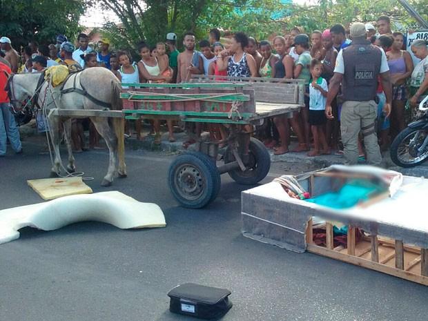 Mulher mata companheira, põe corpo em cama box e tenta fugir em carroça