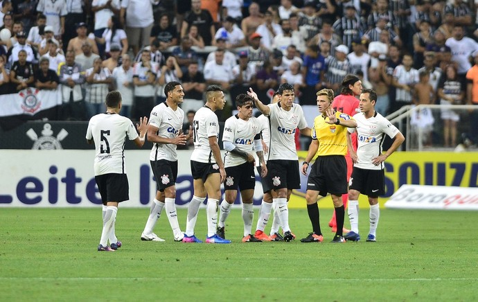 Corinthians x Palmeiras briga (Foto: Marcos Ribolli)
