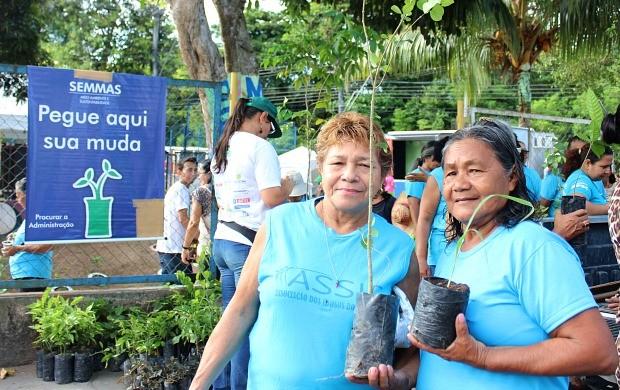 Mudas foram distribuídas à comunidade do Coroado, em Manaus (Foto: Katiúscia Monteiro/ Rede Amazônica)