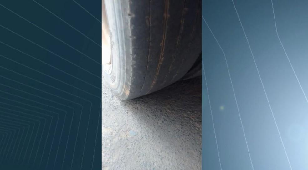 Microônibus com pneu careca em São João da Boa Vista (Foto: Reprodução/ EPTV)
