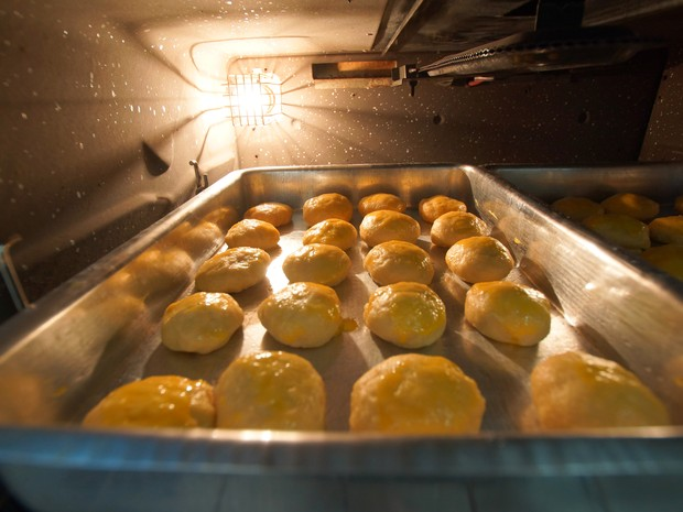 Pães de nata ficam leves e saborosos após irem ao forno (Foto: Henrique Picarelli)