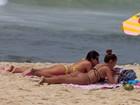 Yasmin Brunet exibe tatuagem no bumbum em dia de bronze no Rio