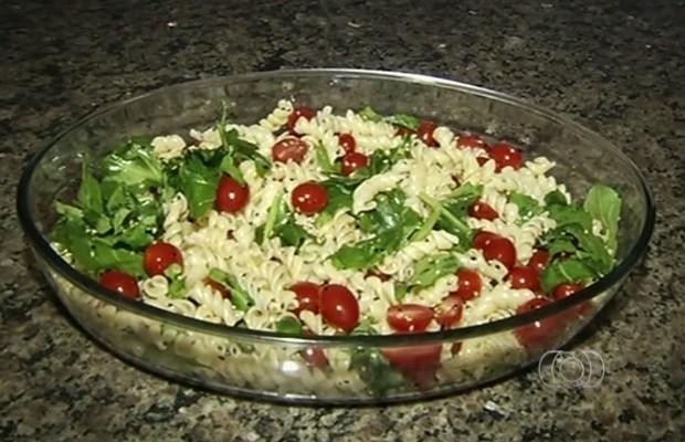 Prato leva macarrão parafuso, rúcula e tomate cereja Rio Verde Goiás (Foto: Reprodução/TV Anhanguera)
