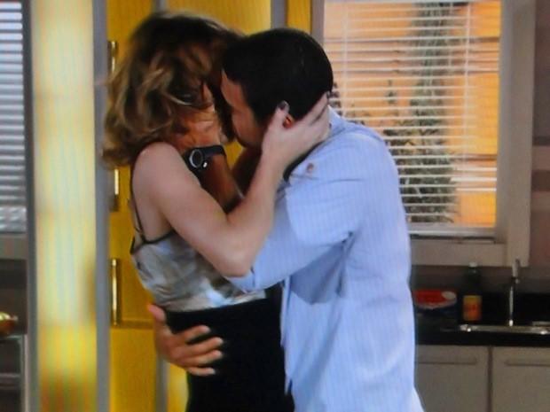 Niltinho tasca um beijaço na patricinha (Foto: Cheias de Charme / TV Globo)