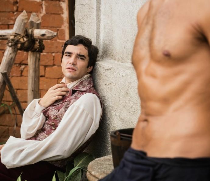 André observa Tolentino sem camisa (Foto: Felipe Monteiro/TV Globo)