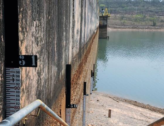 Medidor na Barragem do Descoberto.O reservatório atingiu o nível mais baixo da história (Foto: GABRIEL JABUR)
