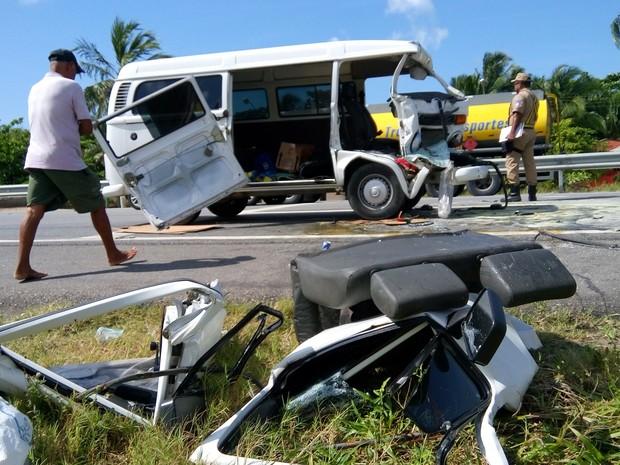Kombi ficou destruída após o acidente (Foto: Derek Gustavo/ G1)