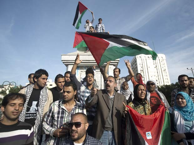 Palestinos comemoram o acordo anunciado nesta quarta (23) entre líderes do Hamas e da Organização para a Libertação da Palestina (Foto: AFP Photo/ Mahmud Hams)