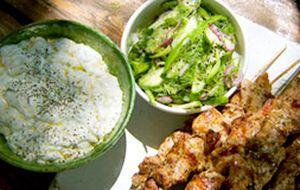 Espetinho grego de carne de porco