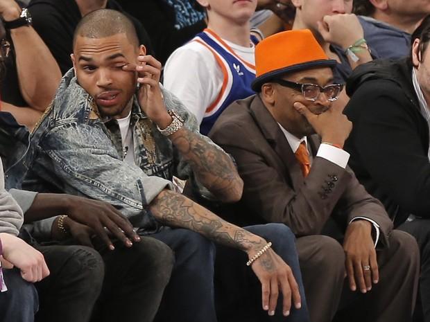 Chris Brown e o diretor Spike Lee assistem a jogo de basquete em Nova York, nos Estados Unidos (Foto: Ray Stubblebine/ Reuters)