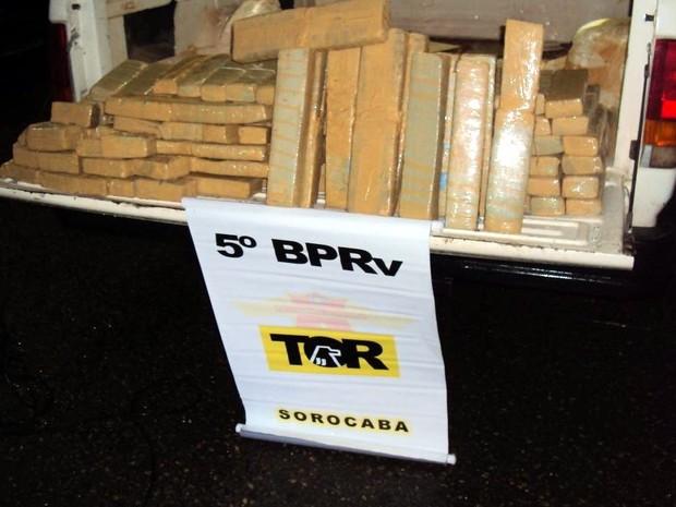 Droga foi encontrada em compartimento falso de veículo (Foto: Divulgação/Polícia Rodoviária)