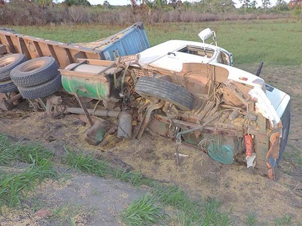 Frente de carreta que tombou ficou destruída na Bahia (Foto: Edivaldo Braga/Blog do Braga)