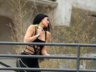 Kylie Jenner posa supersensual com maiô cheio de recortes