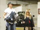 Fergie e Josh Duhamel levam o filho ao médico