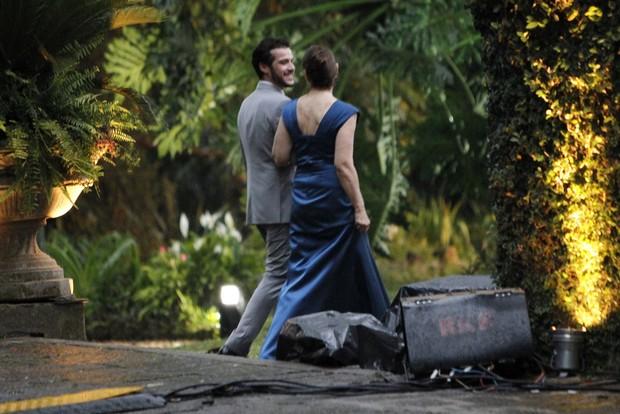 De baixo de chuva mais sorridentes Jayme Matarazzo e Luiza Tellechea se casam em mansão  (Foto: Marcos Ferreira / Brazil News)