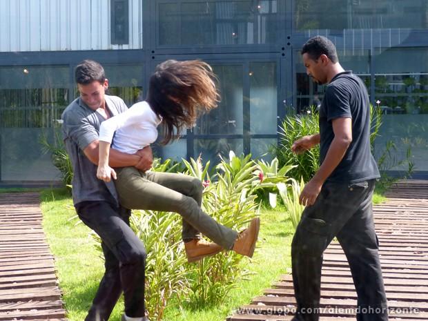 Joana é levada pelos seguranças. O que será que vão fazer com ela? (Foto: Além do Horizonte/TV Globo)