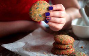 Cookies com especiarias e confeitos coloridos