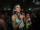 Alinne Rosa pega o 'buquê' em festa de casamento de Solange Almeida