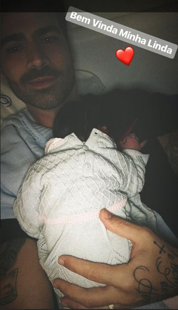Rodrigão com a filha recém-nascida, Linda (Foto: Reprodução/Instagram)