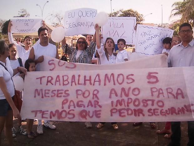 Moradores de Sobradinho se reuniram em praça para protestar contra falta de segurança (Foto: TV Globo/ Reprodução)