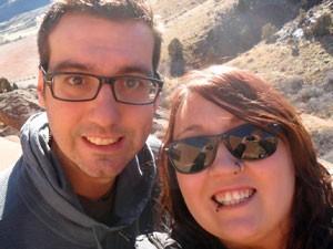 Matt McQuinn aparece ao lado da namorada. Samantha Yowler em foto divulgada pela família da vítima (Foto: AP)