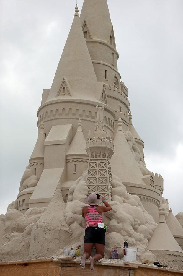 Equipe do escultor Morgan Rudluff trabalha na construção do maior castelo de areia do mundo (Foto: Joe Raedle/Getty Images/AFP )