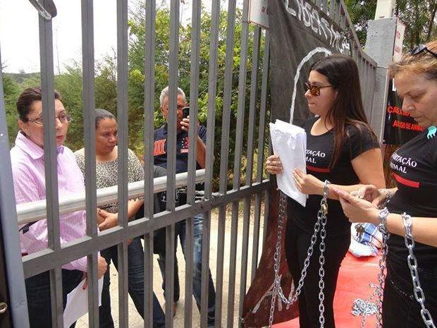 Manifestantes se acorrentam em frente a laboratório em São Roque (Foto: Marcelo Barbosa dos Santos)