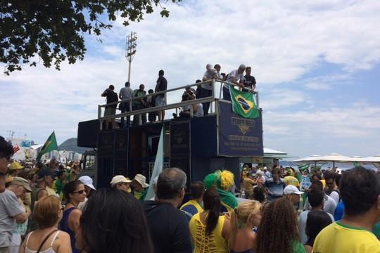 Carro de som em protesto contra o governo em Copacabana. Apoio a operação Lava Jato e pedidos de impeachment contra a presidente Dilma (Foto: Cristina Grillo)