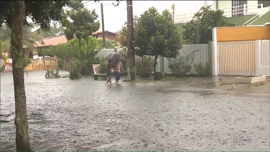 Chuva deixa Região de Curitiba, litoral e norte do PR em situação de alerta