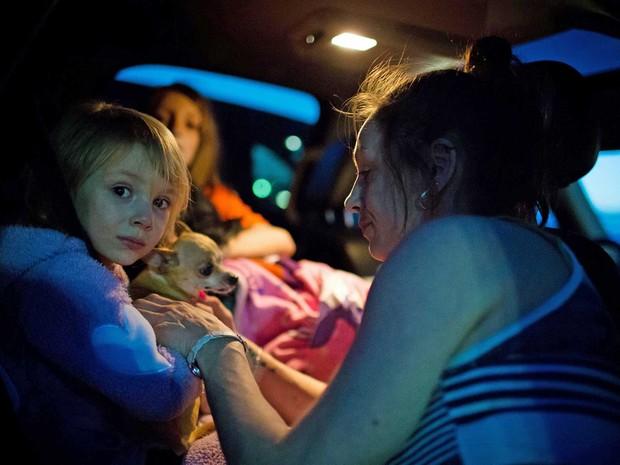 Moradores de Fort McMurray deixam a cidade (Foto: Topher Seguin / Reuters)