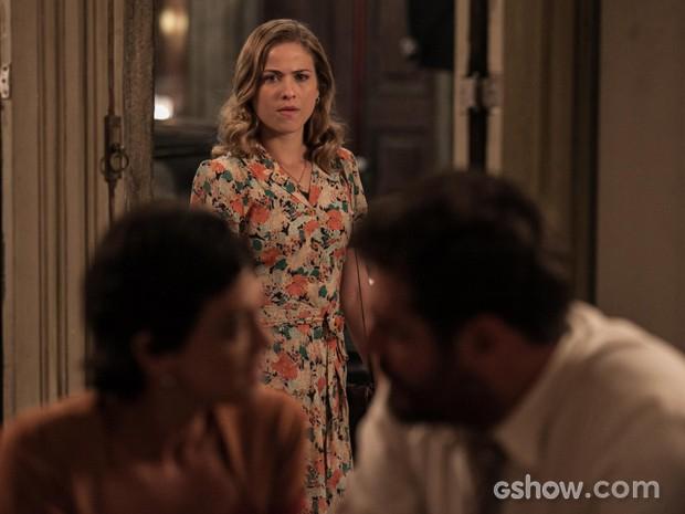 Hilda flagra beijo dos dois e sai sem ser vista (Foto: Inácio Moraes/TV Globo)