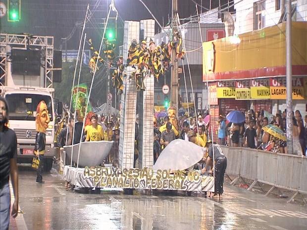 Apesar da chuva, público prestigia os desfiles na Av. Domingos Olímpio (Foto: Reprodução/TV Verdes Mares)