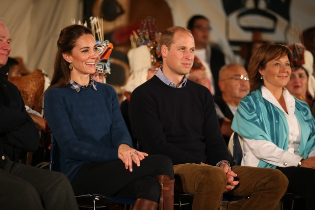 Kate Middleton usa botas, jeans e casaco em dia de chuva. Duquesa de Cambridge participou de evento  ao lado do marido, o príncipe William  (Foto: Getty Image)