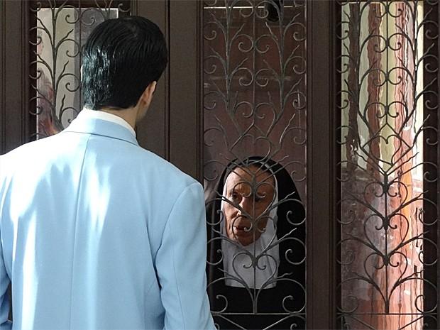 Mundinho é barrado por madre superiora (Foto: Gabriela/TV Globo)