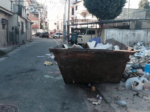 Avenida Neves ainda tem sujeira no meio da rua (Foto: Gabriel Barreira/G1)