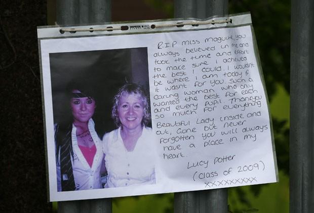 Fotografia da professora Ann Maguire (à direita) é vista em cerca na qual foram colocadas homenagens à educadora. Ela foi morta a facadas diante de seus alunos nesta segunda (28) na Inglaterra (Foto: Darren Staples/Reuters)