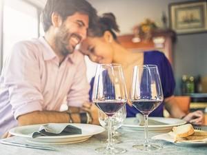 Casal em jantar para o Dia dos Namorados (Foto: Getty Images)