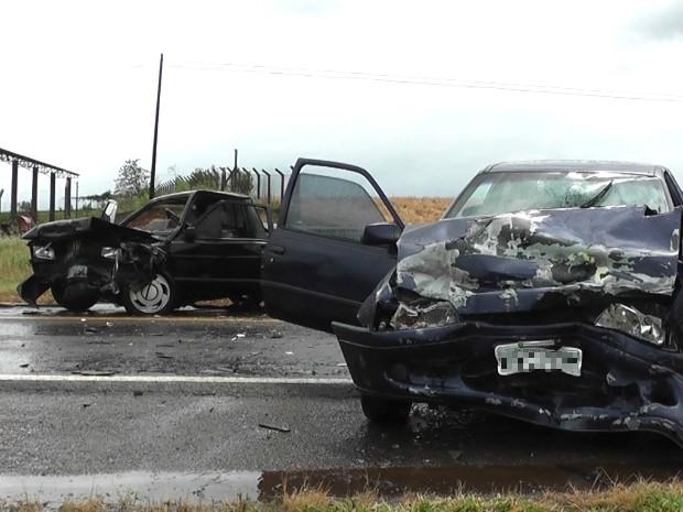 Com a batida de frente, os dois veículos envolvidos no acidente ficaram praticamente destruídos (Foto: Ivânia Bonatto / Diário da Informação)