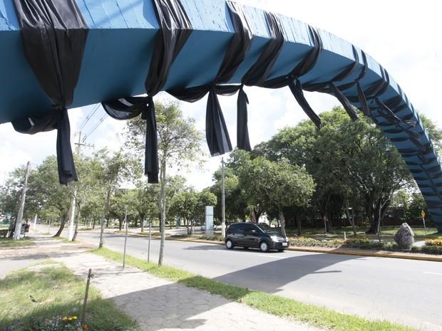 Arco no campus recebeu faixas pretas para representar o luto  (Foto: Germano Roratto/Agência RBS)