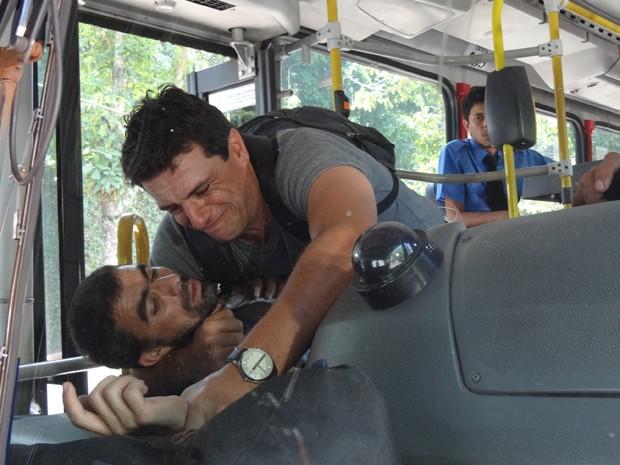 Théo consegue imobilizar o bandido (Foto: Salve Jorge/TV Globo)