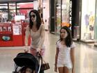 Babi Xavier passeia com a filha em shopping no Rio