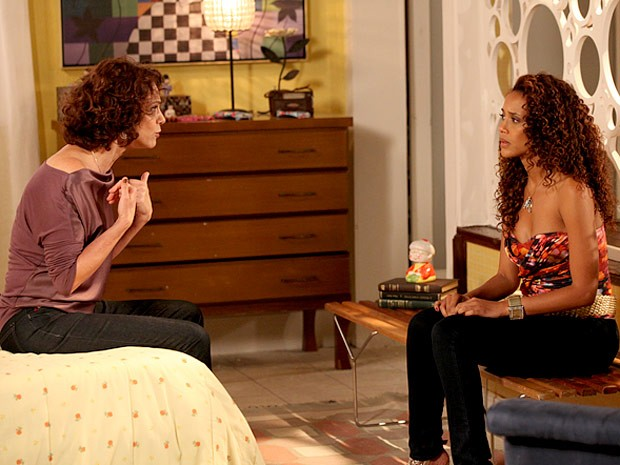 Lygia fica toda, toda ao falar de Gilson e deixa Penha em maus lençóis (Foto: Cheias de Charme / TV Globo)