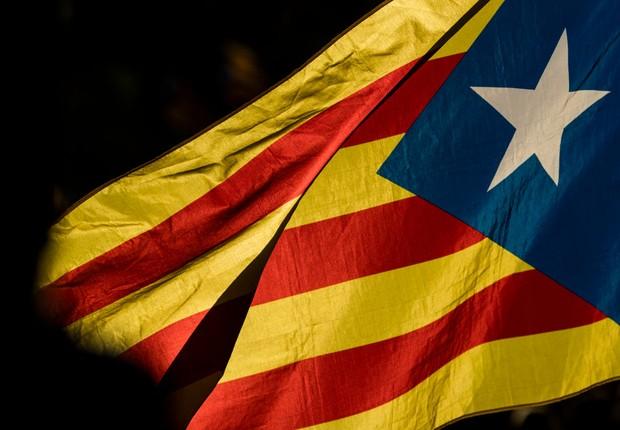 Bandeira da Catalunha é vista após protestos contra violência no dia do referendo pela independência da região na Espanha (Foto: Dan Kitwood/Getty Images)