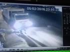 Gari em serviço tropeça e é atropelado por caminhão de coleta no DF; vídeo