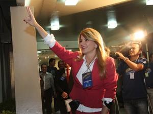 Tatiana Medeiros chega à TV Paraíba para debate (Foto: Leonardo Silva/Jornal da Paraíba)
