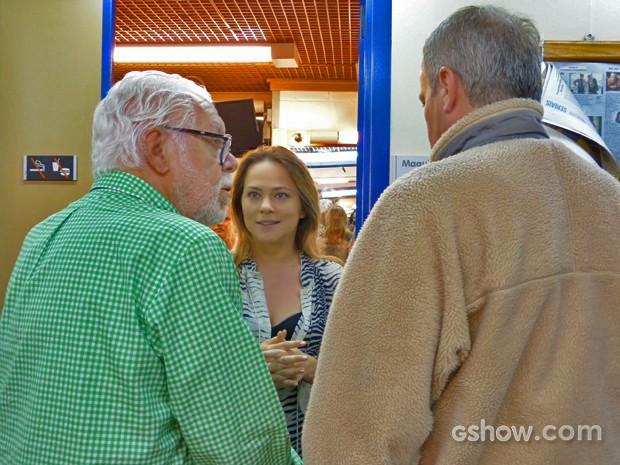 Maneco cumprimenta a atriz Viviane Pasmanter e o diretor Jayme Monjardim (Foto: Em Família/TV Globo)