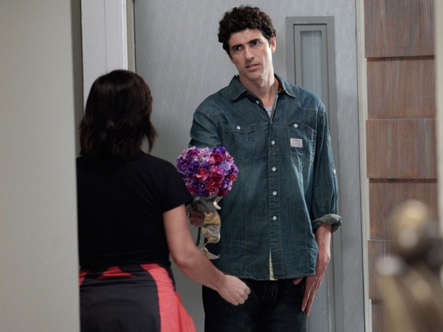 Nando aparece na porta de Roberta para pedir desculpas (Foto: Guerra dos Sexos/ TV Globo)