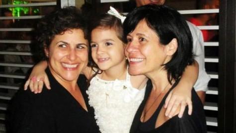 """(Foto: Mel Maia voltará à TV em """"O pequeno Buda"""", de Thelma Guedes e Duca Rachid, dupla que ela abraça na foto/ Divulgação)"""
